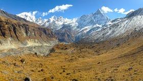Βουνό Machapuchare και κορυφογραμμή στοκ φωτογραφία με δικαίωμα ελεύθερης χρήσης