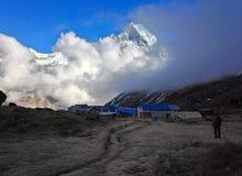 Βουνό Machapuchare και στρατόπεδο βάσεων Annapurna στοκ φωτογραφία