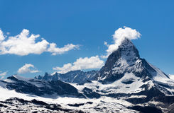 Βουνό Matterhorn με λίγους κάλυψη σύννεφων στην αιχμή, μπάλωμα χιονιού Στοκ Φωτογραφία