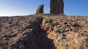 Βουνό Nublo Roque σε θλγραν θλθαναρηα, Κανάρια νησιά μια μπλε ηλιόλουστη ημέρα Μετακίνηση καμερών Cinematic φιλμ μικρού μήκους