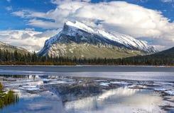 Βουνό Rundle και πορφυρό πάρκο Banff λιμνών εθνικό Στοκ Εικόνες