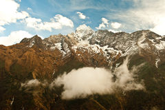 Βουνό Thamserku στη βαθιά κοιλάδα στα βουνά του Ιμαλαίαυ Στοκ εικόνα με δικαίωμα ελεύθερης χρήσης