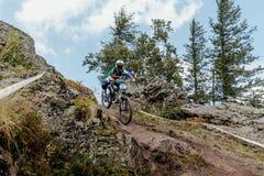 βουνών αθλητών κοριτσιών προς τα κάτω Στοκ φωτογραφίες με δικαίωμα ελεύθερης χρήσης