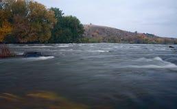 Βουνών ποταμών σαφής μπλε ουρανός τοπίων άνοιξη λιβαδιών ζωηρόχρωμος στοκ εικόνες με δικαίωμα ελεύθερης χρήσης