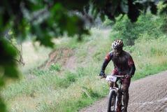 Βουνών ποδηλάτων ποδηλατών δασική φυλή λάσπης ατόμων βρώμικη Στοκ εικόνα με δικαίωμα ελεύθερης χρήσης