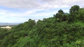 Βουνών τροπικών δασών κατοικία που χτίζεται σύγχρονη Κεραία κηφήνων φιλμ μικρού μήκους