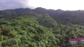 Βουνών τροπικών δασών κατοικία που χτίζεται σύγχρονη Κεραία κηφήνων απόθεμα βίντεο