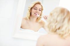 βουρτσίζοντας γυναίκα δοντιών Στοκ εικόνες με δικαίωμα ελεύθερης χρήσης
