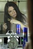 βουρτσίζοντας γυναίκα τ στοκ φωτογραφία