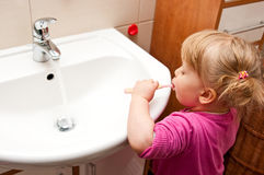 βουρτσίζοντας δόντια κοριτσιών Στοκ εικόνες με δικαίωμα ελεύθερης χρήσης