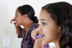 βουρτσίζοντας δόντια στοκ εικόνα με δικαίωμα ελεύθερης χρήσης