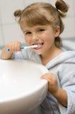 βουρτσίζοντας μικρά δόντια κοριτσιών Στοκ εικόνα με δικαίωμα ελεύθερης χρήσης