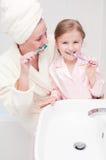 βουρτσίζοντας τα δόντια &alp Στοκ φωτογραφία με δικαίωμα ελεύθερης χρήσης