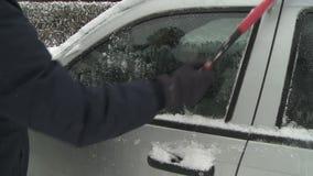 Βουρτσίζοντας χιόνι απόθεμα βίντεο
