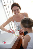 βουρτσίζοντας δόντια μητέρων κορών στοκ εικόνες με δικαίωμα ελεύθερης χρήσης