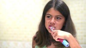 βουρτσίζοντας δόντια απόθεμα βίντεο