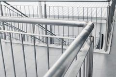 Βουρτσισμένος τρόπος περπατήματος ραμπών κιγκλιδωμάτων ανοξείδωτου στοκ εικόνες με δικαίωμα ελεύθερης χρήσης