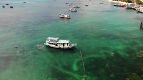 Βουτήξτε βάρκες με τον εξοπλισμό στη θάλασσα Η μηχανή βουτά βάρκες με τον εξοπλισμό και δεξαμενές που επιπλέουν στο μπλε θαλάσσιο απόθεμα βίντεο
