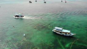 Βουτήξτε βάρκες με τον εξοπλισμό στη θάλασσα Η μηχανή βουτά βάρκες με τον εξοπλισμό και δεξαμενές που επιπλέουν στο μπλε θαλάσσιο φιλμ μικρού μήκους