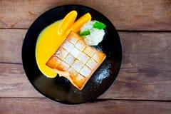 Βουτυρωμένη φρυγανιά ψωμιού με την πορτοκαλιά σάλτσα φρούτων στοκ εικόνα με δικαίωμα ελεύθερης χρήσης