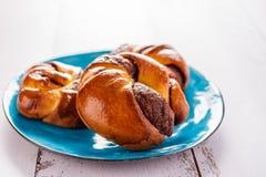 Βουτύρου κουλούρια με το nutlet στην μπλε μερική θαμπάδα πιάτων Στοκ Φωτογραφία