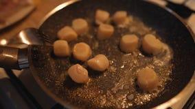 Βουτύρου λειωμένα μέταλλα στις φυσαλίδες στο τηγάνισμα του τηγανιού στοκ εικόνα με δικαίωμα ελεύθερης χρήσης