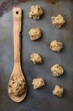 βουτύρου μίξη αλευριού αυγών μπισκότων σοκολάτας τσιπ τσιπ κύπελλων ψησίματος στοκ εικόνες