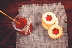 Βουτύρου μπισκότα ζάχαρης που διαμορφώνονται όπως τα λουλούδια Στοκ φωτογραφία με δικαίωμα ελεύθερης χρήσης