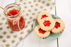 Βουτύρου μπισκότα ζάχαρης που διαμορφώνονται όπως τα λουλούδια Στοκ Εικόνες