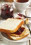 βουτύρου σάντουιτς φυστικιών μονοπατιών ζελατίνας ψαλιδίσματος απομονωμένο εικόνα Στοκ φωτογραφία με δικαίωμα ελεύθερης χρήσης