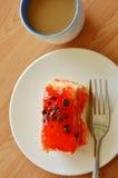Βουτύρου τσιπ σοκολάτας καλύμματος κέικ φραουλών με το δίκρανο και τον καφέ Στοκ Φωτογραφία
