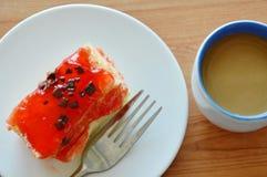 Βουτύρου τσιπ σοκολάτας καλύμματος κέικ φραουλών με το δίκρανο και τον καφέ Στοκ φωτογραφίες με δικαίωμα ελεύθερης χρήσης