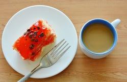 Βουτύρου τσιπ σοκολάτας καλύμματος κέικ φραουλών με το δίκρανο και τον καφέ Στοκ Εικόνες