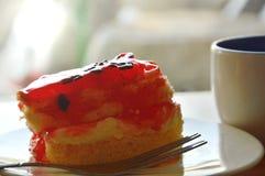 Βουτύρου τσιπ σοκολάτας καλύμματος κέικ φραουλών με το φλυτζάνι δικράνων και καφέ Στοκ φωτογραφίες με δικαίωμα ελεύθερης χρήσης