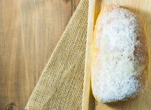 Βουτύρου ψωμί στο ξύλινο πιάτο Στοκ Εικόνες