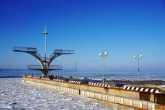 Βουτώντας πίνακας στο νερό το χειμώνα Στοκ Εικόνες