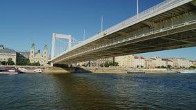 Βουδαπέστη, Ουγγαρία, τον Ιούνιο του 2017: Κολυμπήστε κάτω από τη γέφυρα στην κρουαζιέρα ποταμών της Βουδαπέστης, άποψη από την ε φιλμ μικρού μήκους