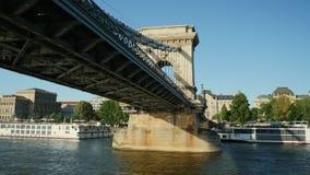 Βουδαπέστη, Ουγγαρία, τον Ιούνιο του 2017: Κολυμπήστε κάτω από τη διάσημη γέφυρα αλυσίδων στη Βουδαπέστη φιλμ μικρού μήκους