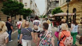 Βουδαπέστη, Ουγγαρία, τον Ιούνιο του 2017: Μια ομάδα τουριστών με έναν οδηγό που περπατά τις στενές οδούς του τουρισμού της Βουδα απόθεμα βίντεο