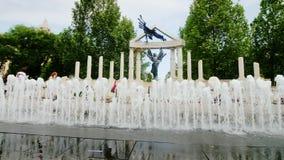 Βουδαπέστη, Ουγγαρία, τον Ιούνιο του 2017: Μνημείο στα θύματα του γερμανικού επαγγέλματος της Ουγγαρίας, μαγική πηγή απόθεμα βίντεο