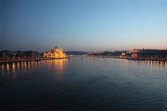 Βουδαπέστη τη νύχτα κατά μήκος του ποταμού Δούναβη Στοκ Φωτογραφία