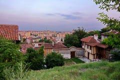 Βουλγαρία, εικονική παράσταση πόλης Plovdiv από την παλαιά πόλη το βράδυ Στοκ εικόνα με δικαίωμα ελεύθερης χρήσης