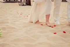 Βουλγαρικός γάμος παραλιών Η νύφη και ο πατέρας της περπατούν Στοκ Εικόνες
