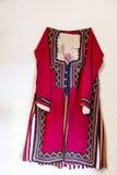 Βουλγαρικό παραδοσιακό λαϊκό κόκκινο κοστούμι Στοκ φωτογραφία με δικαίωμα ελεύθερης χρήσης