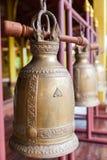 Βουδιστικά κουδούνια που κρεμούν στο ναό Στοκ Φωτογραφίες