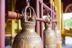 Βουδιστικά κουδούνια που κρεμούν στο ναό Στοκ εικόνες με δικαίωμα ελεύθερης χρήσης
