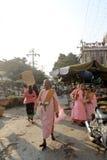 Βουδιστικές καλόγριες που συλλέγουν τις ελεημοσύνες στην αγορά Zegyo στοκ εικόνες