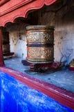 Βουδιστικές ρόδες προσευχής στο θιβετιανό μοναστήρι με τη γραπτή μάντρα. Ινδία, Ιμαλάια, Ladakh Στοκ Φωτογραφία