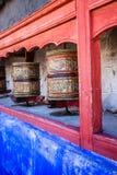 Βουδιστικές ρόδες προσευχής στο θιβετιανό μοναστήρι με τη γραπτή μάντρα. Ινδία, Ιμαλάια, Ladakh Στοκ φωτογραφία με δικαίωμα ελεύθερης χρήσης