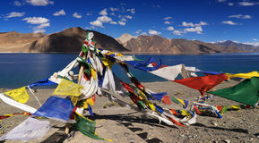 Βουδιστικές σημαίες προσευχής που πετούν στη λίμνη Pangong, Ladakh, Ινδία Στοκ Φωτογραφία
